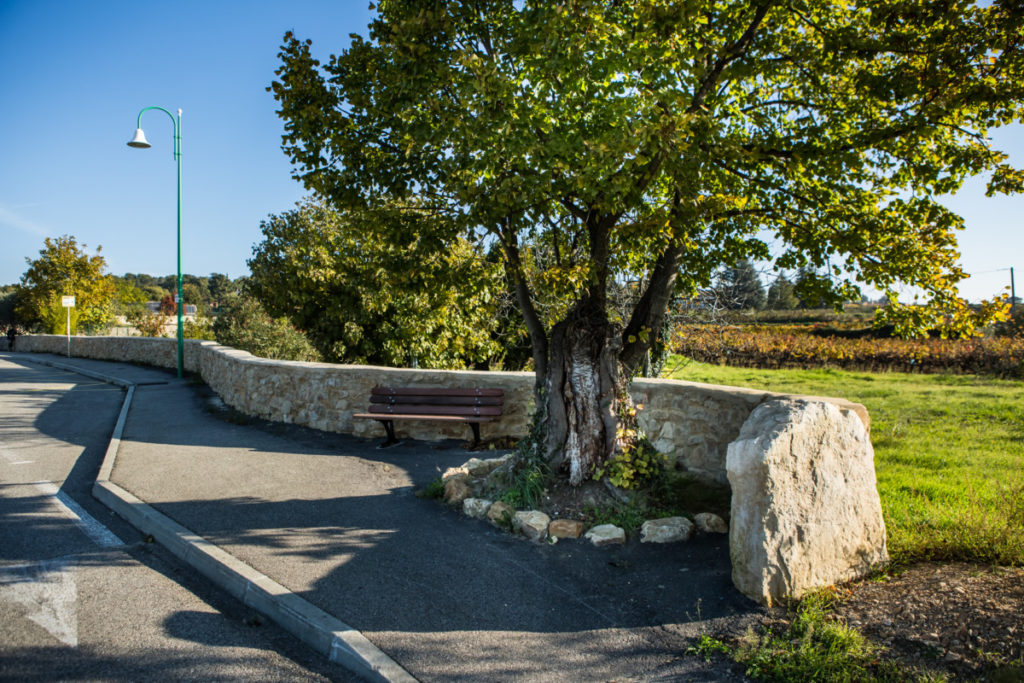 St-Michel d'Euzet - mur et abribus- Gard rhodanien 2 © Olivier Octobre