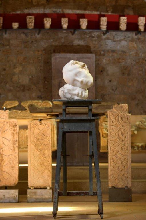 Sofie Muller à l'abbaye de Gellone - musée Lapidaire, Saint-Guilhem-le-Désert ; Mère et enfant, 2018 ; Courtoisie Geukens & De Vil/Sofie Muller ; photo © Luc Jennepin